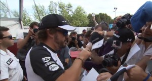 Seguridad y deporte: Fernando Alonso atendiendo aficionados